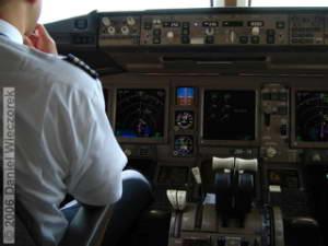Cockpit_Boeing777_Haneda_Osaka01RC.jpg