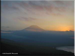 MtMyoujin_MtFuji_Sunset23RC.jpg